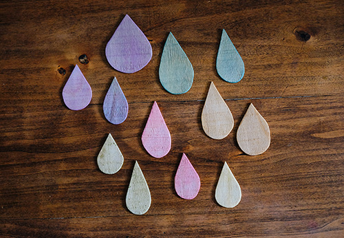When the wood is nicely coloured, take out the raindrops and leave them to dry.