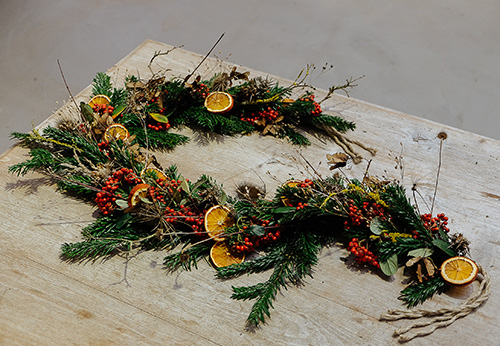 Finish the garland by adding an orange slice so it hides the end of your branches.
